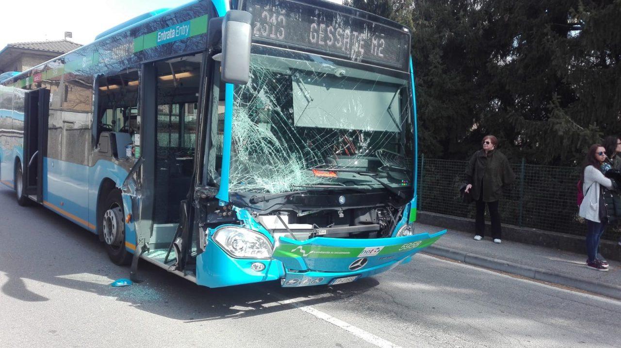 incidente autobus trattore