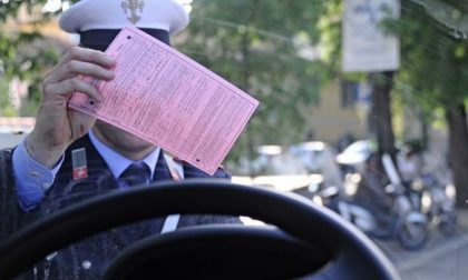 Parcheggia l'auto in divieto nel mercato: cerca di evitare la multa, ma ne prende due