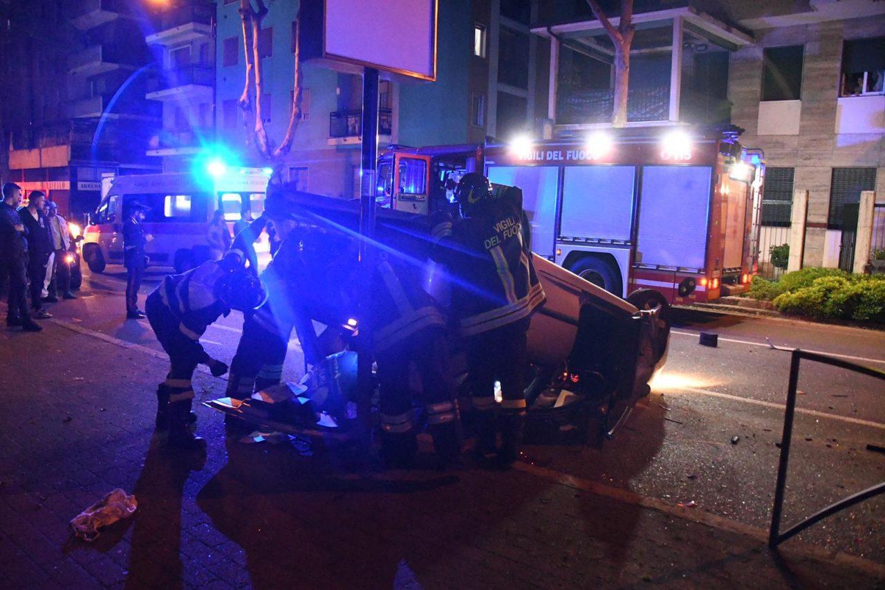 Si ribalta in auto a cinisello balsamo con due bambini a bordo intervento di vigili del fuoco carabibnieri e 118