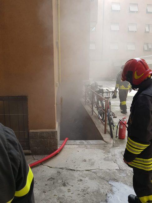 Incendio nelle cantine di un condominio: pompieri al lavoro FOTO