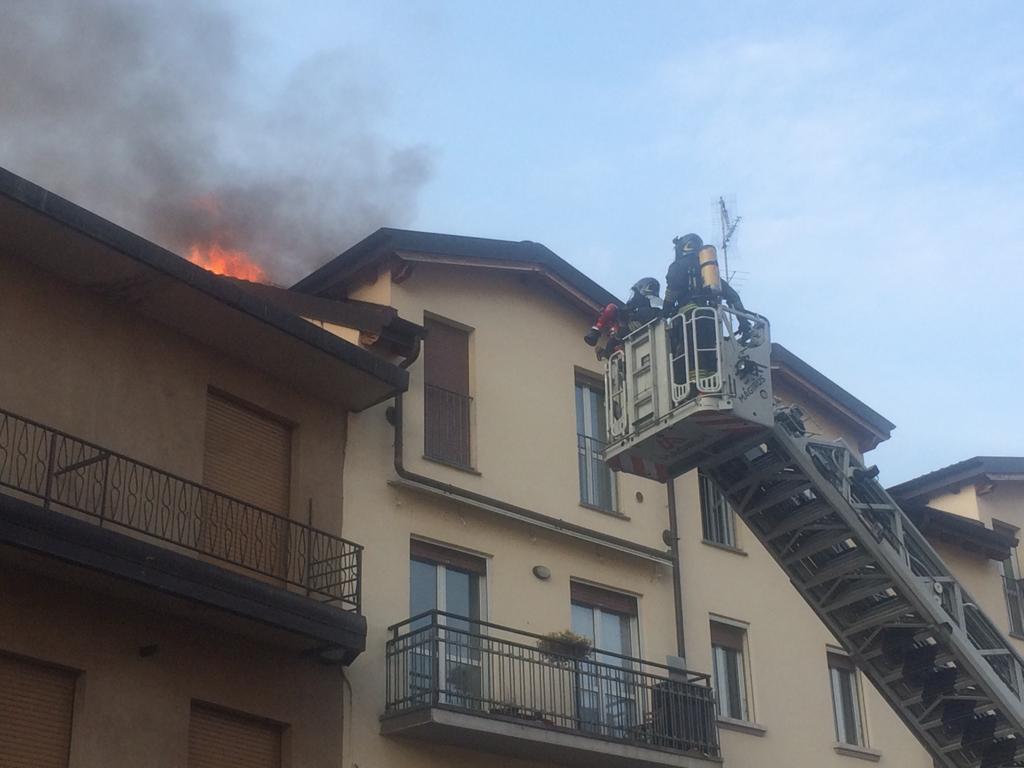incendio tetto pompieri vigili del fuoco 1