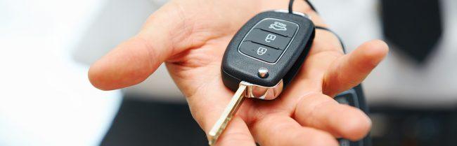 Si ferma a fare pipì a bordo strada, tre ragazzini gli rubano le chiavi dell&#8217&#x3B;auto