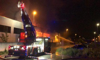 Incendio a Vignate divora un capannone, paura per la presenza di sostanze chimiche FOTO