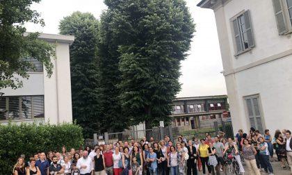"""Genitori """"cacciati"""" da scuola protestano in piazza FOTO"""