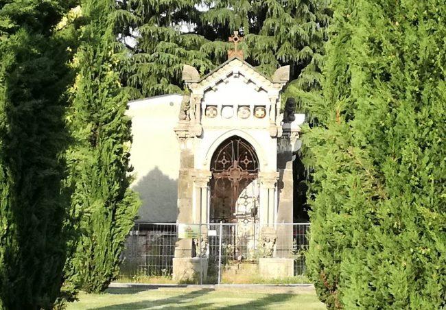 Scoppia una tomba al cimitero e scatta l'emergenza
