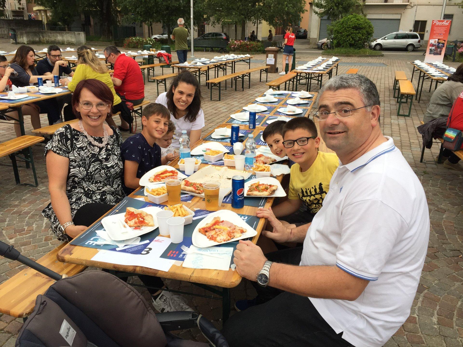 Bussero in piazza diritti dei bambini giropizza promosso da Pizzaut