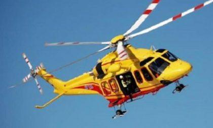 Scontro tra auto e moto, sessantenne soccorso dall'elicottero