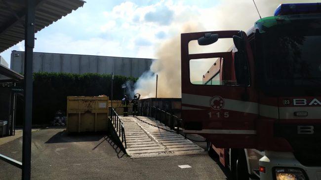 Incendio alla discarica di Trezzano Rosa VIDEO