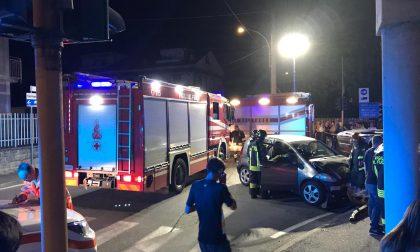 Pauroso scontro tra due auto, arrivano i pompieri: coinvolti ragazzi e un bimbo FOTO