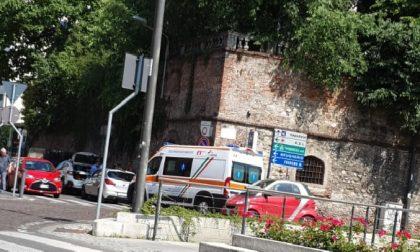 Incidente tra auto e moto a Cernusco: coinvolti due giovani