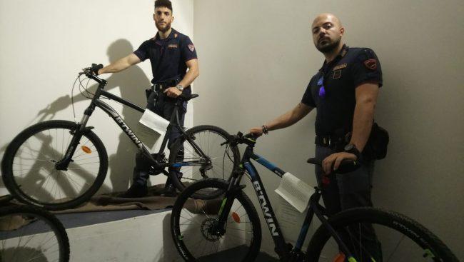 Scappano su delle bici rubate: inseguiti e bloccati dalla Polizia