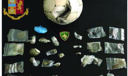 La droga nascosta in un pallone da calcio