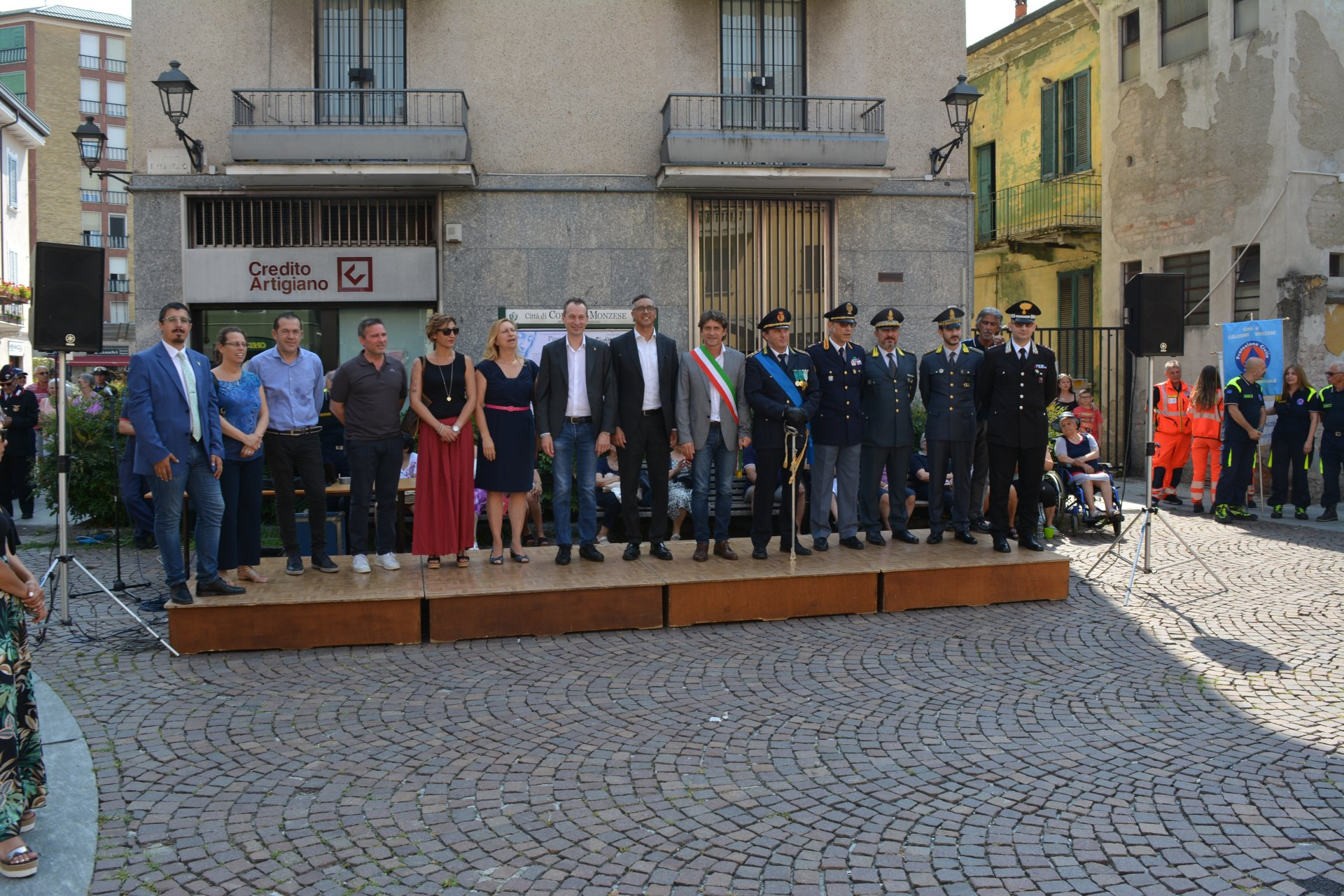 Cologno Monzese evento insieme per la sicurezza forze dell'ordine e associazioni in piazza XI febbraio