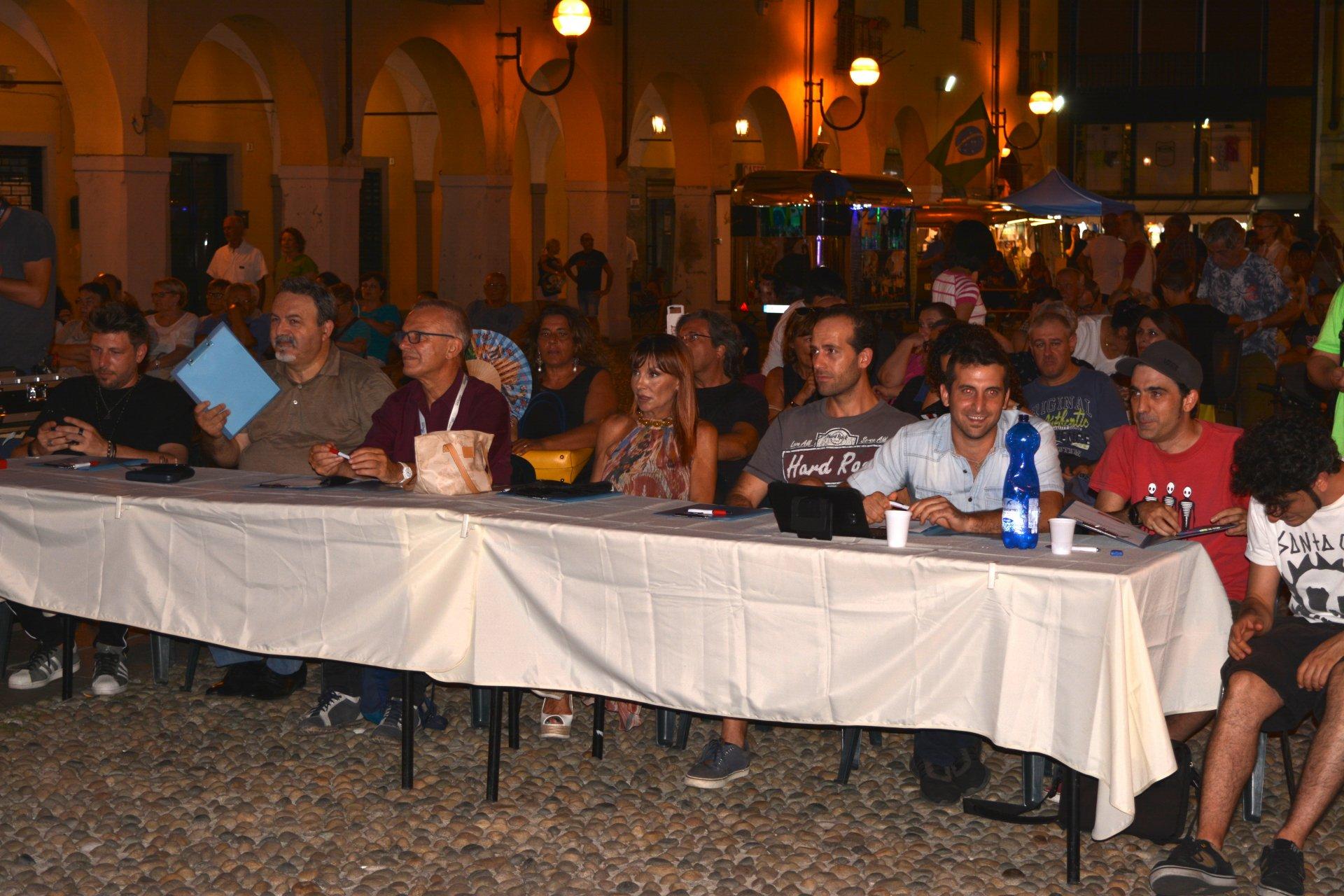 Melzo serata finale let's band live contest in piazza della Repubblica