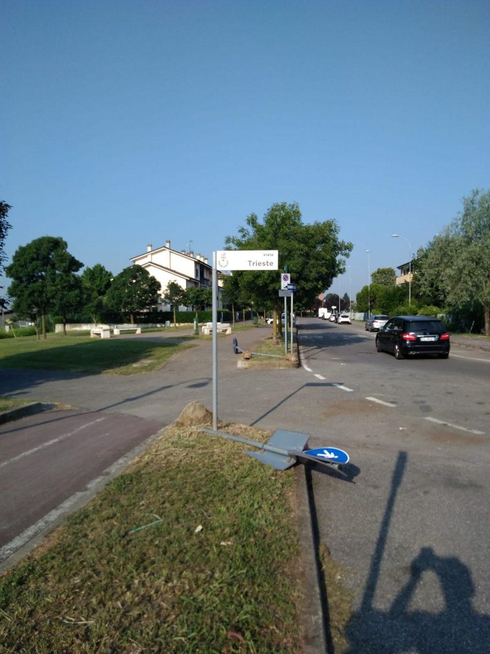 Raid vandalico a cassina de pecchi via trieste abbattuti i cartelli stradali