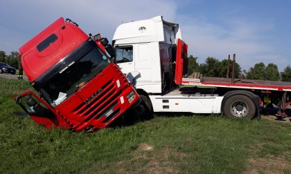 Scontro fra mezzi pesanti sulla provinciale tra Rivolta e Cassano FOTO