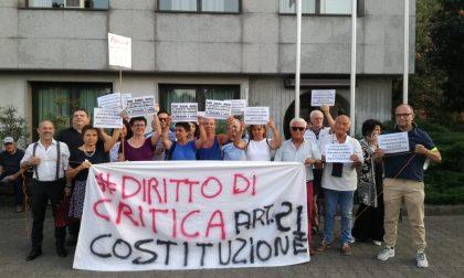Peschiera Borromeo, manifestazione contro il sindaco fuori dal Comune FOTO