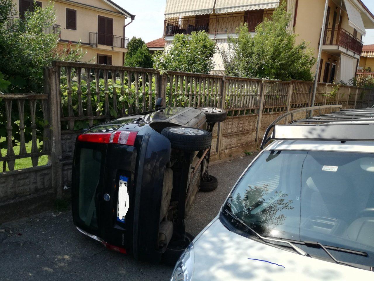 scontro fontale in via pisacane a Brugherio auto ribaltata