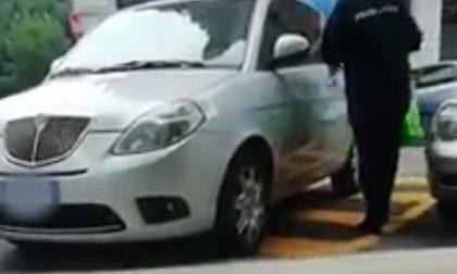Vigilessa in divisa lascia la sua auto nel posto disabili