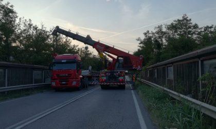 Camion perde carico sulla Cerca, strada riaperta FOTO