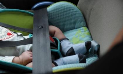 Bimbi dimenticati in auto, un'altra tragedia: come prevenire. Seggiolini salva bebè, presto la norma