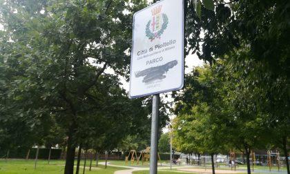 Attacco alla memoria del volontario, vandalizzato il Parco Arrigoni