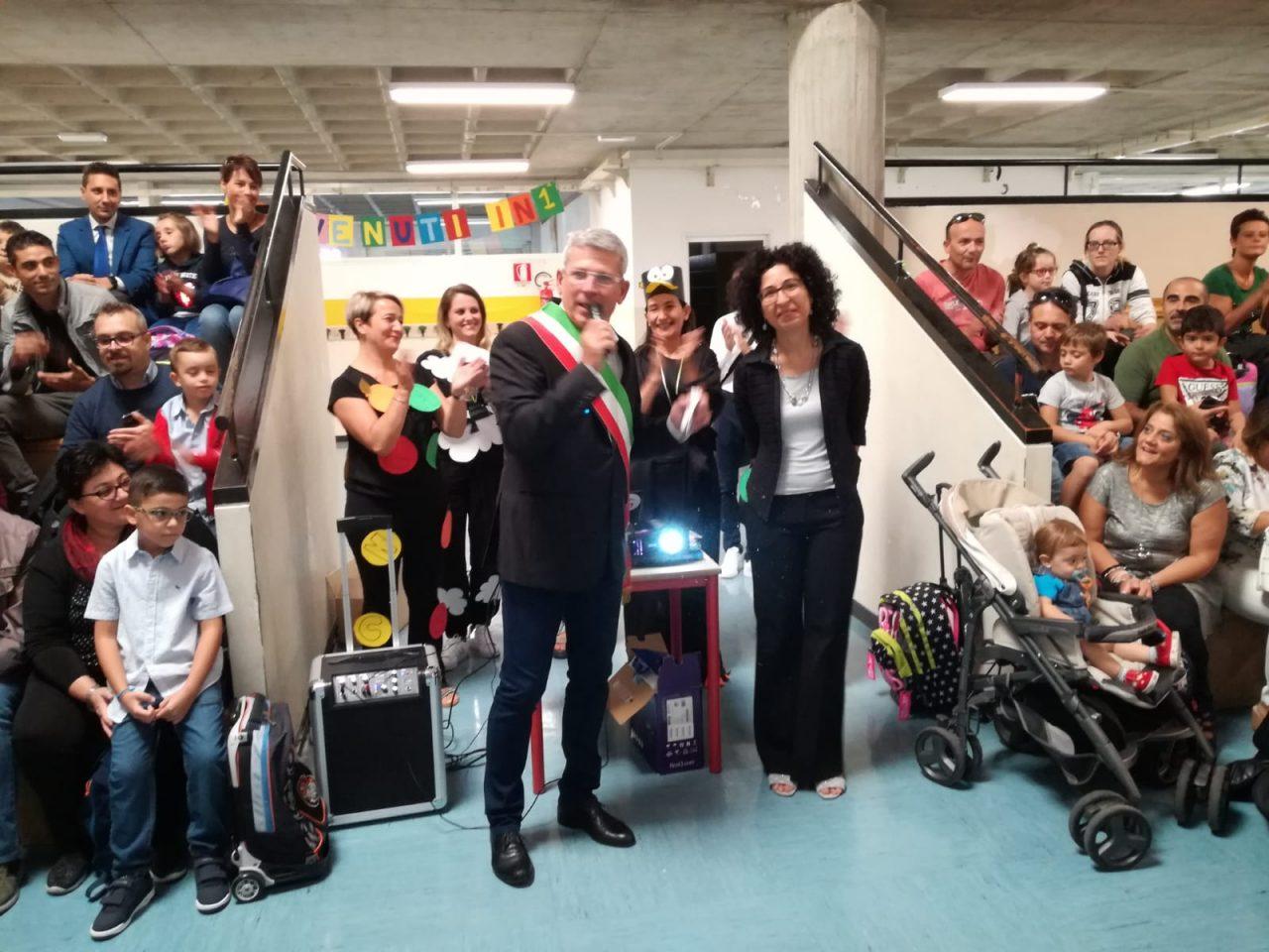 Bussero primo giorno di scuola alla primaria benvenuto del sindaco curzio rusnati e dirigente scolastica annamaria borgione