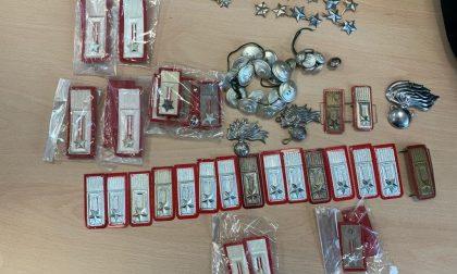 Ambulante vendeva divise e mostrine dei Carabinieri: denunciata
