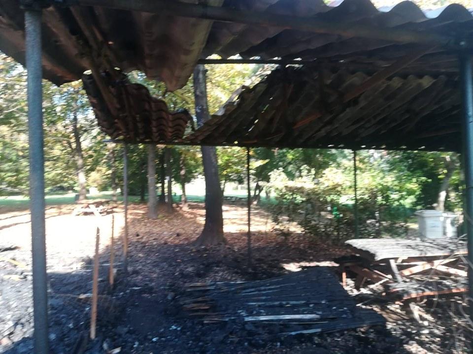 incendiata la casetta di legno dell