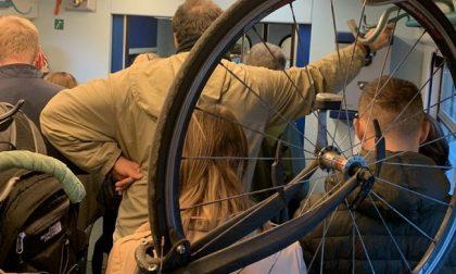 Treno stracolmo, pendolari ammassati (in piedi) anche nel deposito delle bici