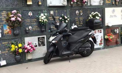 """Cimitero diventa """"parcheggio"""" per scooter"""