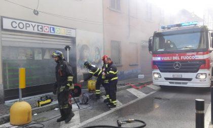 Incendio in negozio: strada chiusa e pompieri al lavoro FOTO