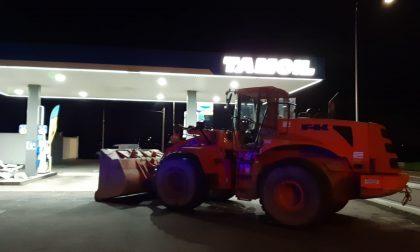 Ladri sventrano distributore sulla Padana con una ruspa