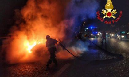 Auto prende fuoco in Tangenziale, arrivano i pompieri FOTO