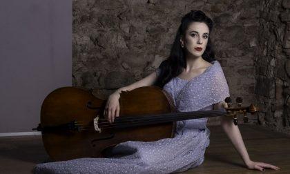 """Rebecca, la bella violoncellista trezzese, lancia un appello: """"Mi servono i vostri like per vincere un concorso musicale"""" FOTO"""