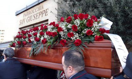 Folla a Cologno ai funerali di uno dei macchinisti vittime dell'incidente del Frecciarossa