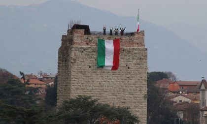 Una grande bandiera tricolore sventola sulla Torre del Castello Visconteo contro il Coronavirus