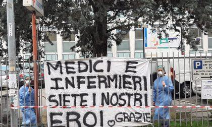 """A Cernusco il cartello davanti all'ospedale Uboldo: """"Medici e infermieri, siete i nostri eroi"""""""
