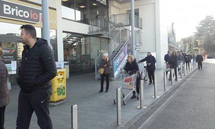 Centocinquanta persone in fila per la spesa: arrivano i Carabinieri
