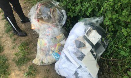 Abbandona rifiuti nei campi, ma sui sacchi… c'era il suo indirizzo. Beccato e multato