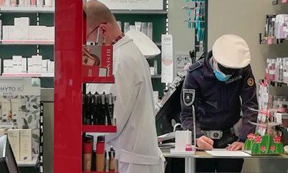 Un cliente si offre di pagare la multa al farmacista sanzionato perché non aveva i guanti