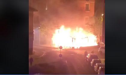 Bar e undici veicoli a fuoco: piromane arrestato dalla Polizia