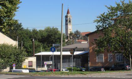 Un palo rovina la vista del campanile, abbattuto