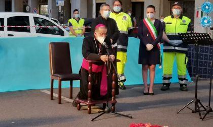 L'arcivescovo a Cassina de' Pecchi a recitare il rosario sotto le finestre e i balconi FOTO E VIDEO