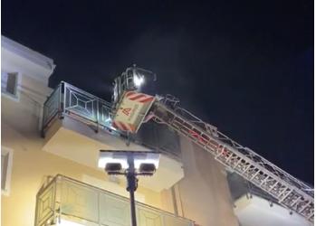 Incendio in una palazzina: 7 intossicati e due appartamenti inagibili IL VIDEO DEL SALVATAGGIO