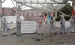 San Raffaele: con le catene ai polsi davanti all'ospedale per protesta FOTO E VIDEO