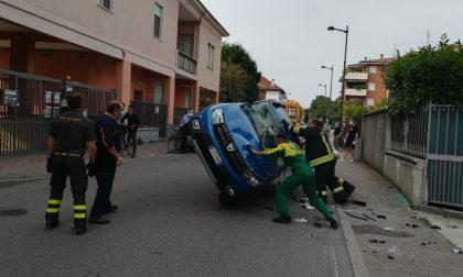 Auto colpita da un'ambulanza si ribalta. Paura a Trezzo sull'Adda FOTO