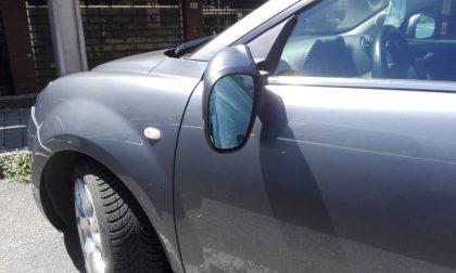 Colpisce lo specchietto dell'auto e finisce a terra: paura per un ciclista