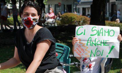 E i nostri bambini? Campanelli e fischi la protesta dei genitori di Melzo FOTO e VIDEO