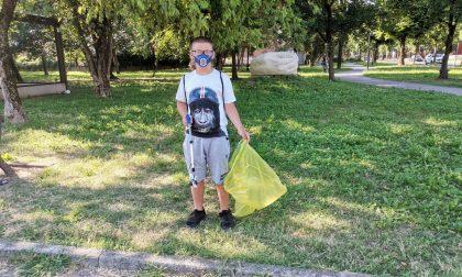 Passeggia e raccoglie i rifiuti abbandonati dagli incivili. A dodici anni diventa un paladino dell'ambiente FOTO E VIDEO